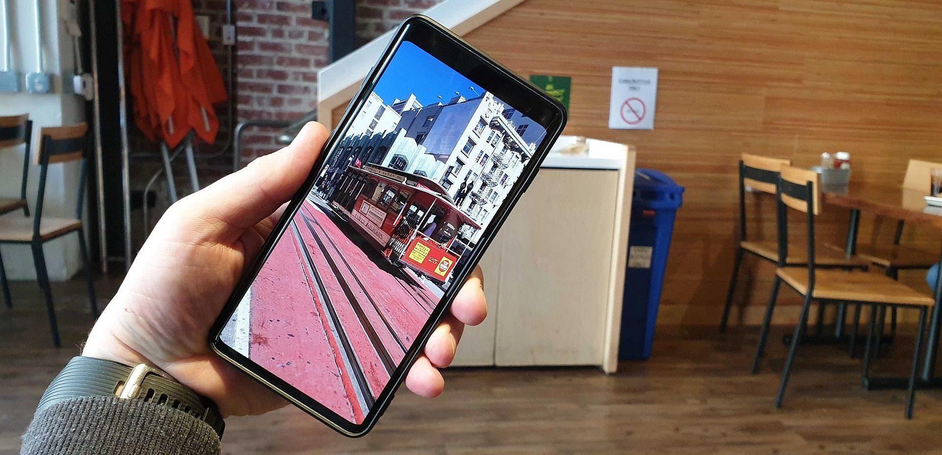 「Galaxy S10」のフロントカメラを隠す(目立たなくする)ためのオプションと設定方法